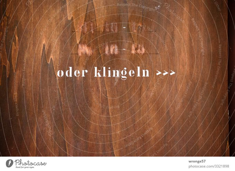 Geschriebenes | oder klingeln >>> alt Stadt weiß Holz braun Tür Schriftzeichen trist kaufen einzigartig einfach Neugier trashig Irritation Erwartung Hinweis