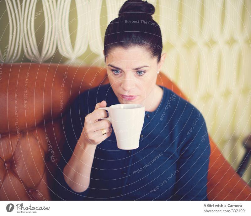 etwas zum Aufwärmen Mensch Frau Jugendliche schön Junge Frau Erwachsene Leben feminin genießen Pause trinken stoppen 30-45 Jahre Kaffeetasse Kaffeepause