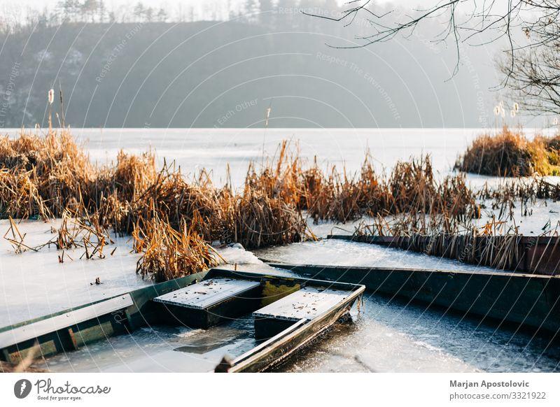 Boote auf einem zugefrorenen See im Winter Natur Landschaft Wasser Sonnenlicht Wetter Eis Frost Seeufer Flussufer Teich Fischerboot frieren kalt Stimmung