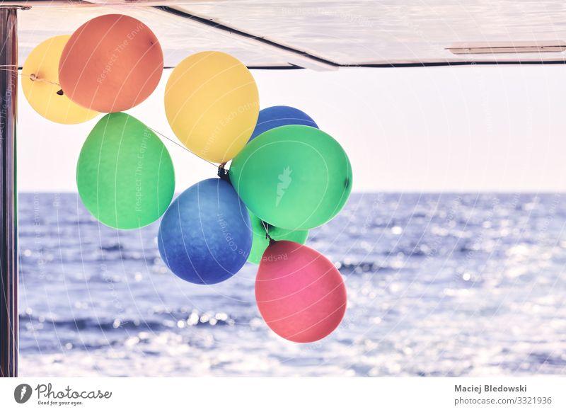 Bunte Party-Ballons auf einem Boot. Reichtum Freude Glück Freizeit & Hobby Ferien & Urlaub & Reisen Ausflug Kreuzfahrt Sommer Sommerurlaub Meer Wellen