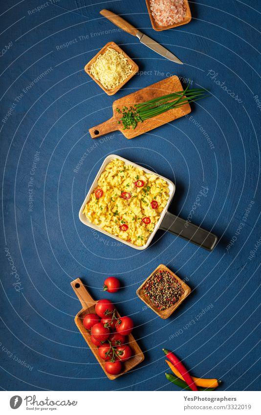 Rühreier und Zutaten. Kontext des Kochens beim Frühstück Käse Mittagessen Geschirr Teller Pfanne Messer Gesunde Ernährung Tisch Küche frisch Tradition