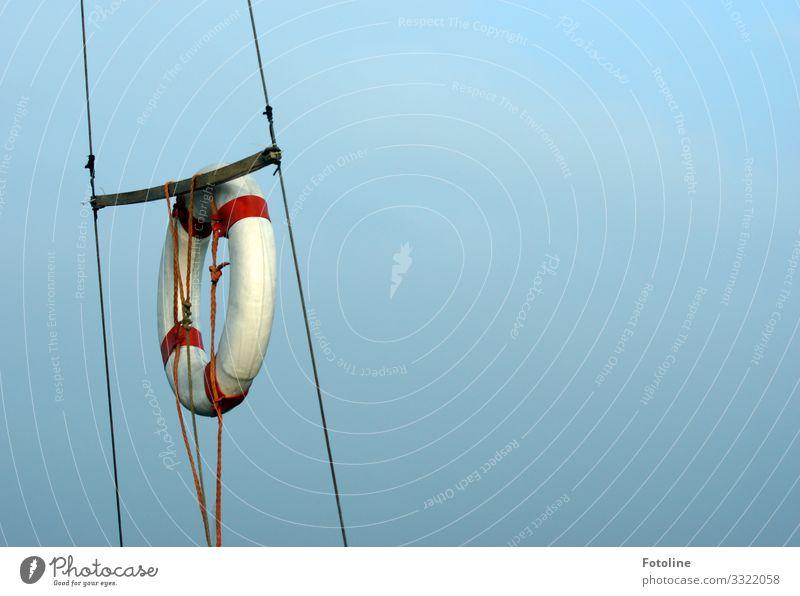 Rettungsring Himmel Wolkenloser Himmel hell nah maritim rot schwarz weiß Seil Schifffahrt Wasserfahrzeug Farbfoto mehrfarbig Außenaufnahme Nahaufnahme