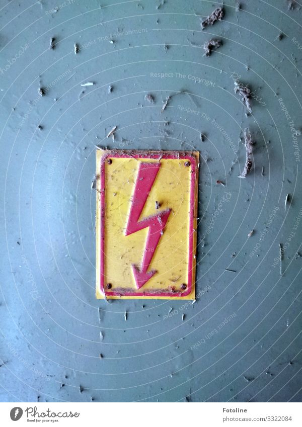 Blitz Metall Zeichen Schilder & Markierungen Hinweisschild Warnschild Pfeil dreckig nah gelb grau rot Vorsicht Hochspannung Elektrizität Blech Blechschild