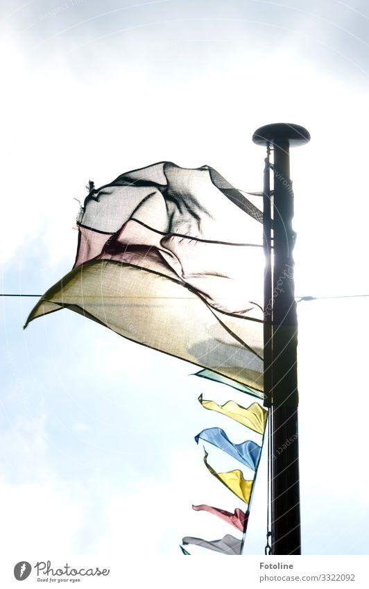 Fähnchen im Wind Himmel Wolken Sommer Schönes Wetter hell blau gelb rot schwarz weiß Fahne Fahnenmast Seil wehen Wimpelkette Farbfoto mehrfarbig Außenaufnahme