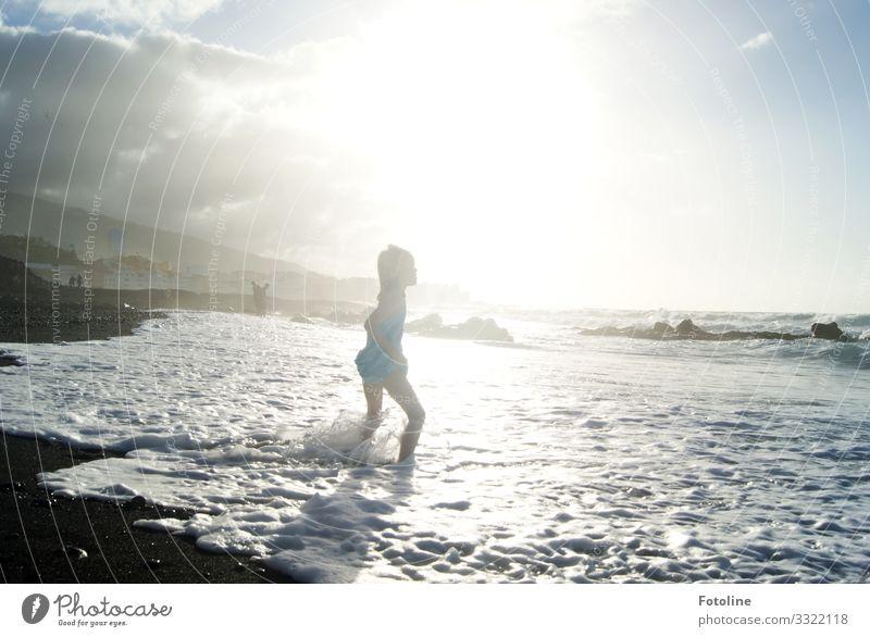 Spiel mit der Welle Mensch feminin Kind Mädchen Kindheit Leben 1 Umwelt Natur Landschaft Urelemente Erde Sand Wasser Himmel Wolken Sonne Sommer Schönes Wetter