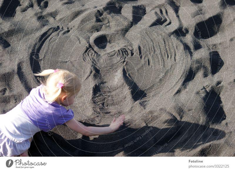 Sandengel Mensch feminin Kind Mädchen Kopf Haare & Frisuren Arme Hand 1 Urelemente Erde Küste Strand Insel Fröhlichkeit hell natürlich violett schwarz Teneriffa