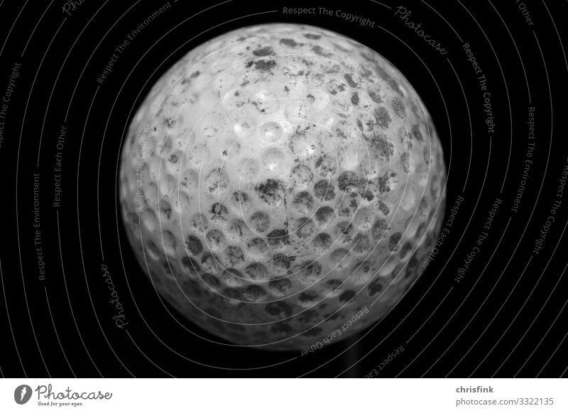 Golfball vor schwarzem Hintergrund Lifestyle Reichtum Seniorenpflege sportlich Spielen Sport Ballsport Zeichen dreckig weiß Golfplatz Schwarzweißfoto