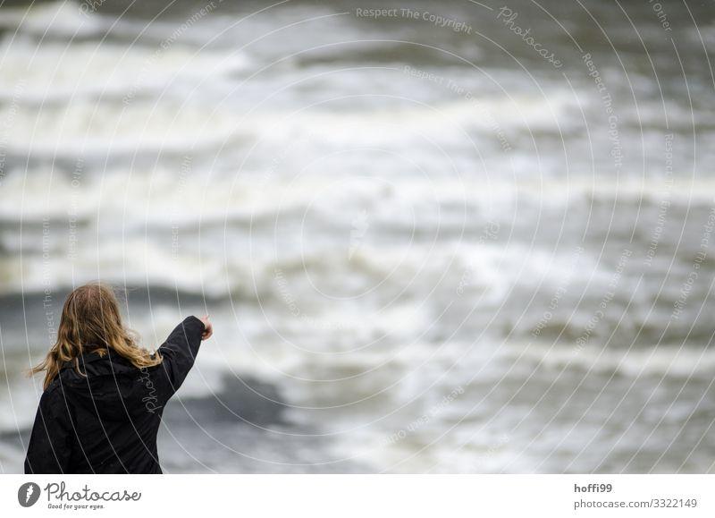 da draussen Strand Insel Wellen Junge Frau Jugendliche 1 Mensch 18-30 Jahre Erwachsene Wasser schlechtes Wetter Wind Sturm Regen Nordsee Mauer Wand bedrohlich