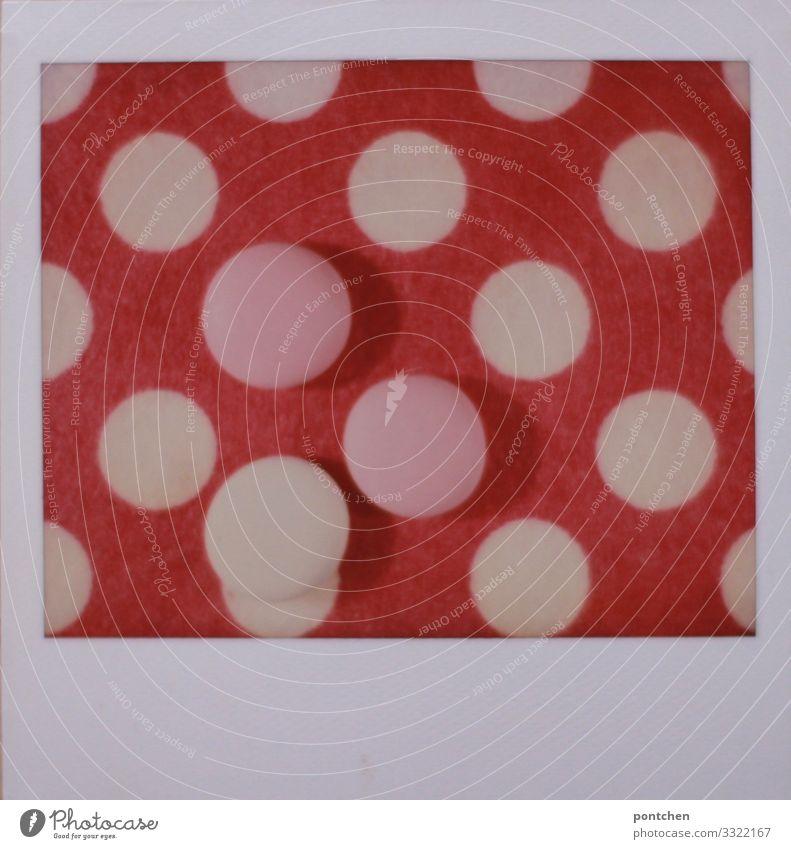 Polaroid zeigt Punktemuster in pink und rosatöne Lebensmittel Süßwaren retro rund süß weiß Geometrie Wiederholung trendy Kreis Farbfoto mehrfarbig Innenaufnahme