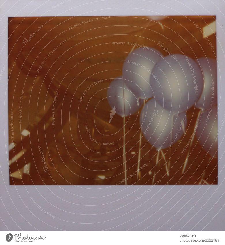 Polaroid im Bierzelt mit blauen heliumgefüllten Luftballons an Schnüren Freude Party Dekoration & Verzierung Feste & Feiern Schnur festbinden Farbfoto