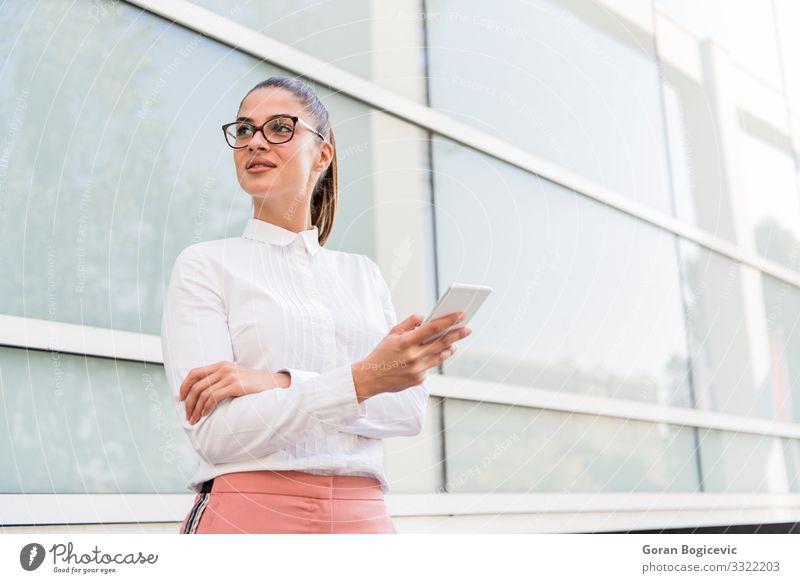 Kaukasische Geschäftsfrau mit Smartphone im Freien Lifestyle schön Erholung Arbeit & Erwerbstätigkeit Business Telefon PDA Technik & Technologie Internet Mensch