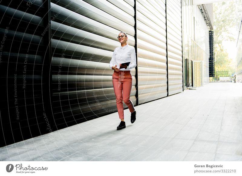Hübsche junge Frau mit digitalem Tablett beim Bürogebäude Lifestyle elegant Stil schön Arbeit & Erwerbstätigkeit Business Technik & Technologie Internet Mensch
