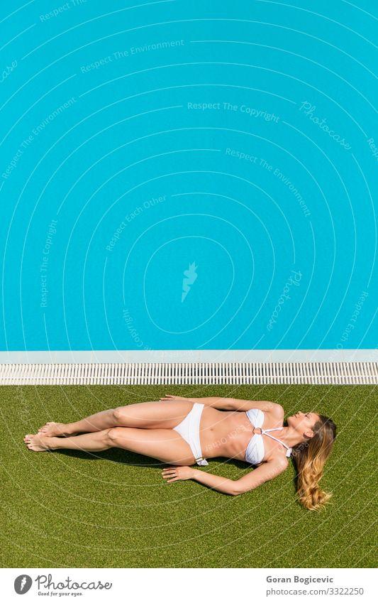 Junge Frau am Pool Erholung ruhig Schwimmbad Freizeit & Hobby Sommer Sonne Mensch Jugendliche Erwachsene 1 18-30 Jahre Bikini blond blau jung Wasser Badeanzug