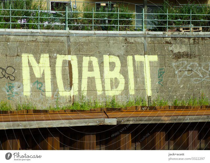 MOABIT Straßenkunst Schönes Wetter Tiergarten Mauer Wand Uferbefestigung Geländer Steinplatten Metall Rost Schriftzeichen Stadtteil Großbuchstabe authentisch