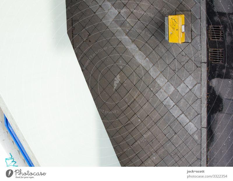 Sammelstelle Briefkasten Wand Bürgersteig Bodenplatten Gully Beton dreckig retro unten Stadt gelb grau Verlässlichkeit ruhig Beginn komplex Ordnung Symmetrie