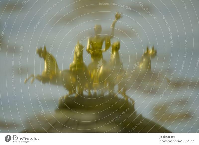 Reflexion von Figuren in Gold Skulptur Viergespann Barock Park Pfütze Bayreuth Denkmal Pferd fantastisch historisch unten gold Stimmung Ehre Inspiration