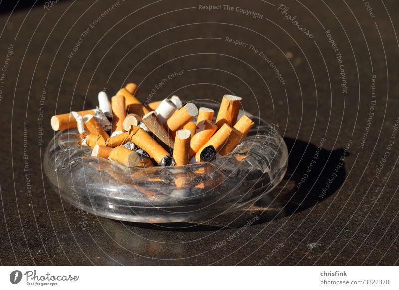 Aschenbecher mit Zigaretten Schalen & Schüsseln Becher Gesundheit Rauchen Rauschmittel Alkohol Fitness Sport-Training Zeichen Aggression dreckig hässlich