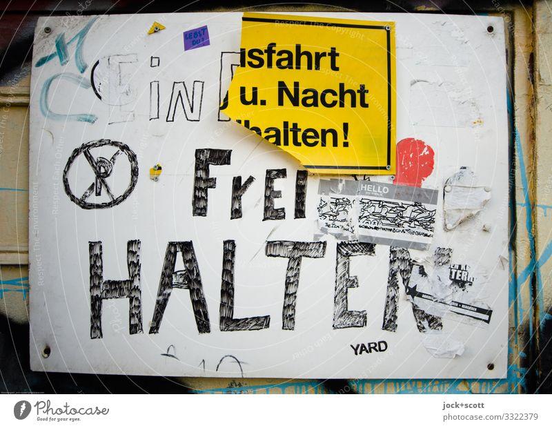 Geschriebenes Ausfahrt Frei Halten sparen Subkultur lost places Kreuzberg Einfahrt Parkverbot Holzfaserplatte Kunststoff Schriftzeichen Hinweisschild Warnschild
