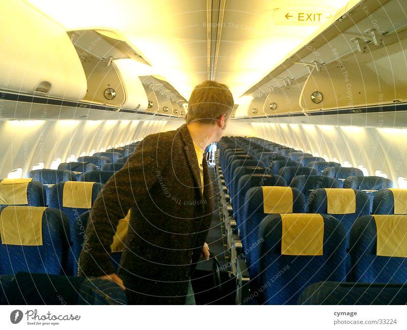 wo sind die alle hin..? Flugzeug Ferien & Urlaub & Reisen Blick Mantel Mann maskulin gelb Sitzgelegenheit Luftverkehr Reihe rückwärts Mensch blau Zurückblicken