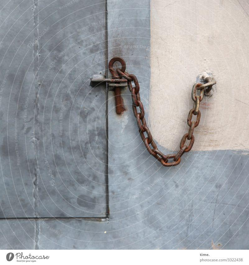 Verkettungen (1) Mauer Wand Tür Klappe Kette Verschluss Halterung geschlossen Sicherheit Schutz Verantwortung gewissenhaft Ordnungsliebe Genauigkeit Inspiration