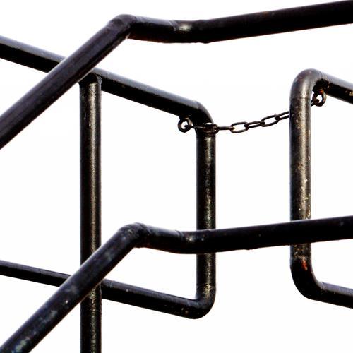 Verkettungen (5) Kette Eisenrohr Geländer Metall Stahl Linie Streifen schwarz Sicherheit Schutz Verantwortung Ausdauer standhaft Ordnungsliebe Genauigkeit