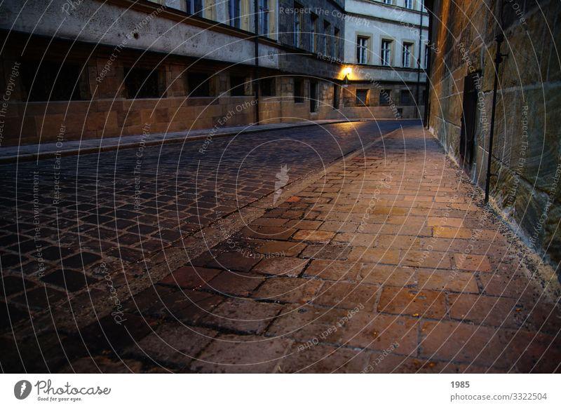 Menschenleer Freizeit & Hobby Tourismus Ausflug Sightseeing Städtereise Herbst Stadt Stadtzentrum Altstadt Haus Bauwerk Gebäude Mauer Wand Verkehrswege
