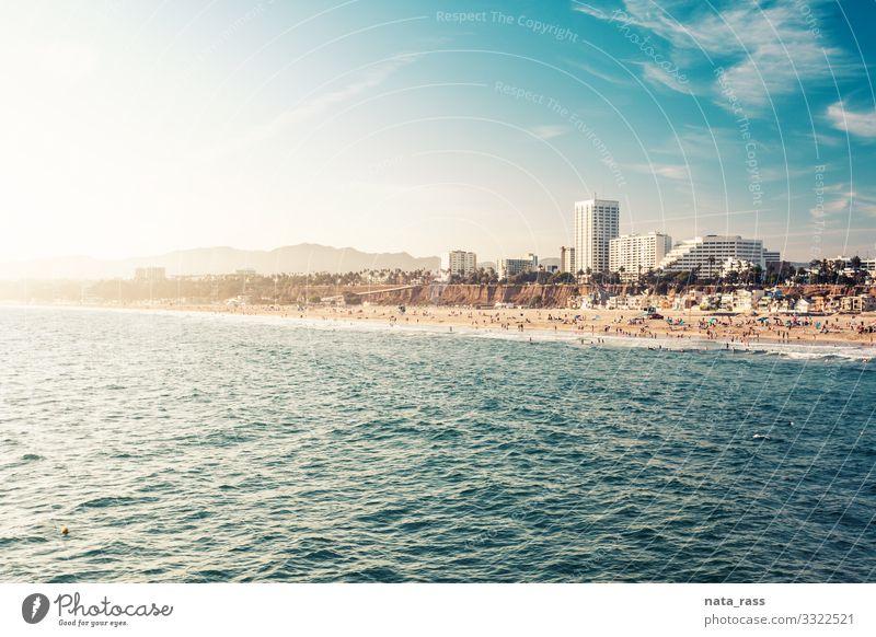 Die Strandküste Santa Monicas im Licht des Sonnenuntergangs Abend sonnig Häuser Architektur Natur Sommer Uferlinie touristisch Kostenrahmen Küstenstreifen