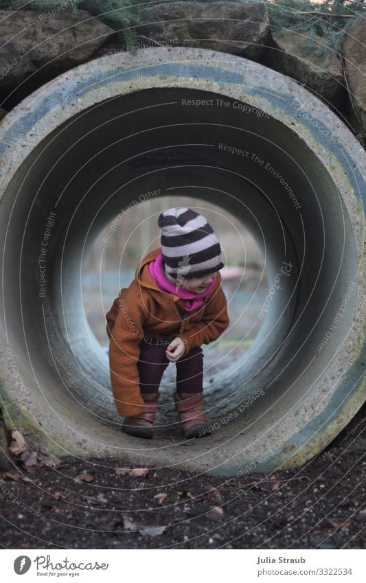Tunnel Kind Spielplatz Mensch Freude Winter Mädchen Leben lustig feminin Spielen Stein Park Erde Lächeln Kindheit Fröhlichkeit Kreis