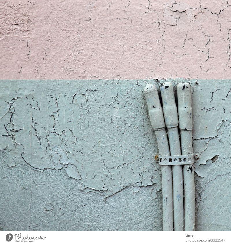 Dreiklang | Grundrauschen (2) wand mauer kabel strom grau halterung parallel führung versorgung leitung transport verbindung kontakt rosa putz risse