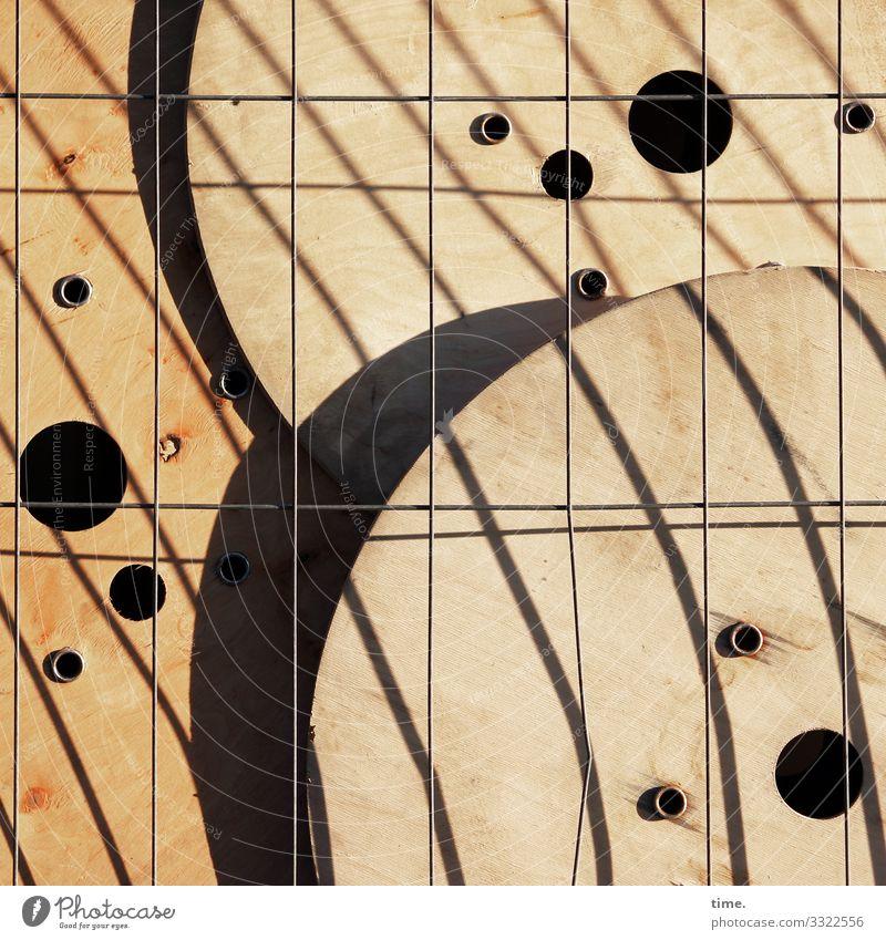 Geschichten vom Zaun (78) zaun grenze schutz sicherheit absperrung durchlässig strebe metall parallel holz kabelrollen loch rund baustelle baumaterial baulager