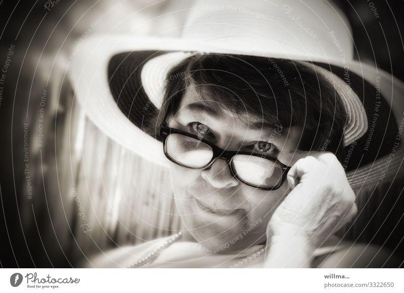femininer flirt über den brillenrand Frau Lifestyle Erwachsene Stil elegant beobachten Brille Hut Verliebtheit Reichtum Dame Flirten charmant
