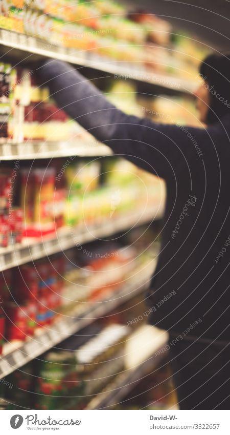 Frau greift in einem Lebensmittelgeschäft nach einem Produkt Ladengeschäft einkaufsladen einkaufen Starke Tiefenschärfe greifen Regal Lebensmittelhändler
