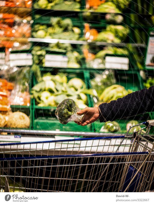 einkaufen von Lebensmitteln in Plastikverpackung Einkaufswagen Supermarkt Farbfoto Konsum Ladengeschäft Mensch Plastikwelt Plastikhülle Plastikfolie