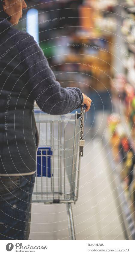 Frau mit Einkaufwagen im Geschäft Einkaufswagen einkaufen suchen Verzweifelung leer ausverkauft Lebensmittel teuer Preise wirtschaft angebot Hamsterkäufe angst