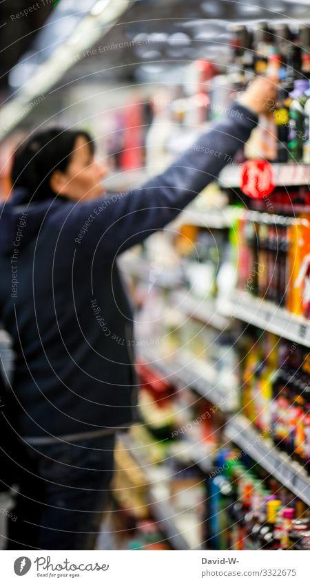 Frau schaut sich die Ware in einem Supermarktregal an Einkaufswagen Lebensmittel einkaufen Farbfoto Konsum Ladengeschäft Mensch verbraucher hand legen