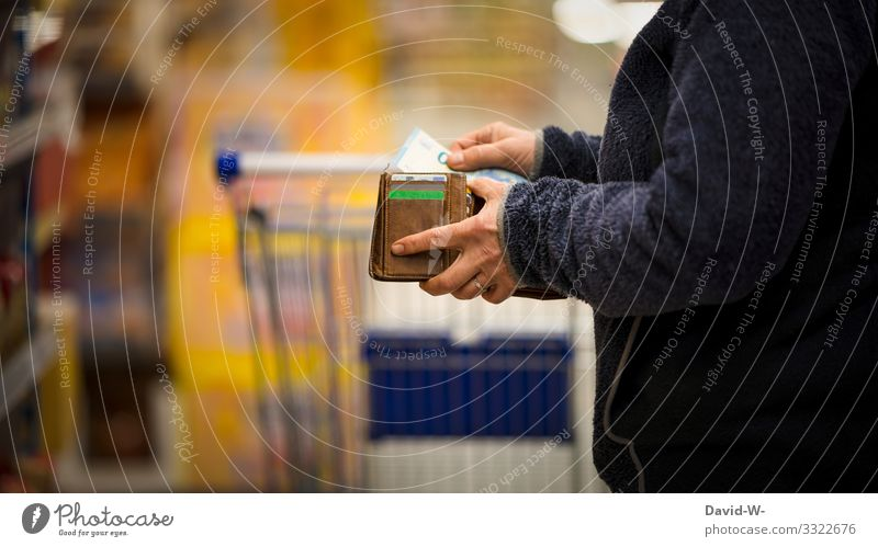 Frau zählt im Landen / Geschäft ihr Geld Einkaufswagen Lebensmittel einkaufen Supermarkt Farbfoto Konsum Ladengeschäft Mensch verbraucher hand Verbraucher Kunde