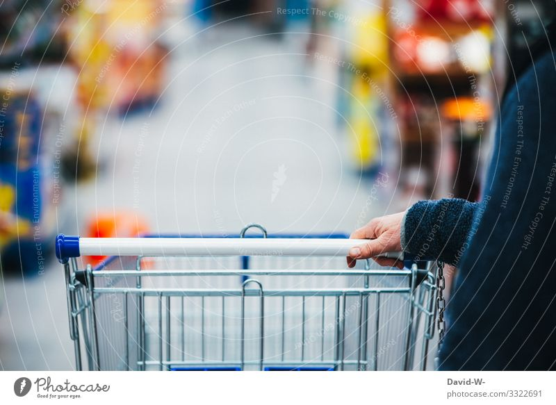 Einkaufswagen Lifestyle kaufen Reichtum Design Geld sparen Handel Mensch feminin Frau Erwachsene Leben 1 45-60 Jahre verbraucher Ladengeschäft Einkaufszentrum