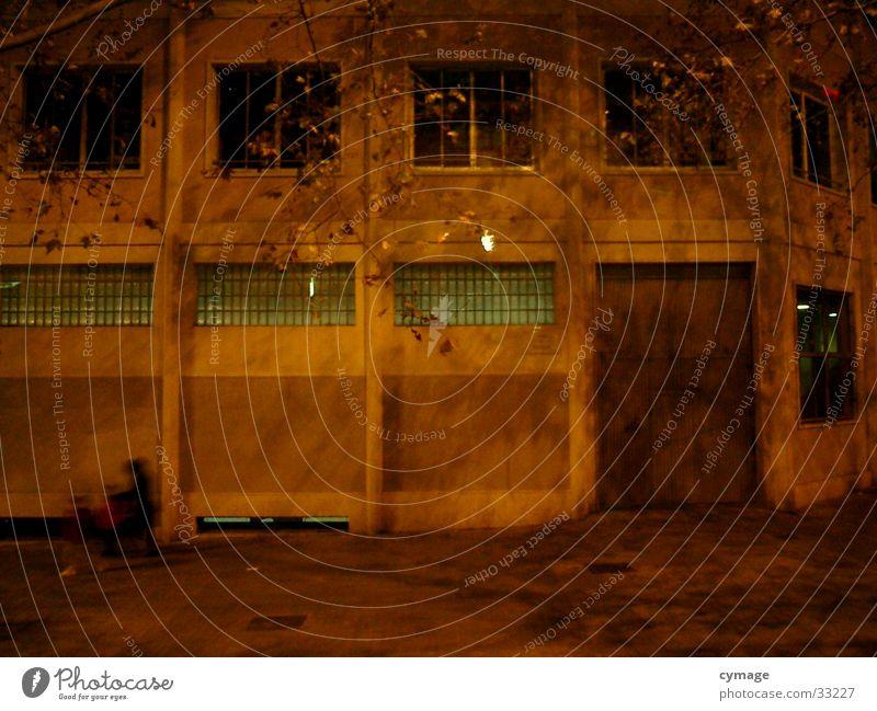 Barcelona Loft Fabrik Gebäude Etage gelb Nacht dunkel Fenster Einfahrt frontal Spanien Sprossenfenster Altbau Lagerhalle Architektur orange Mensch Tor