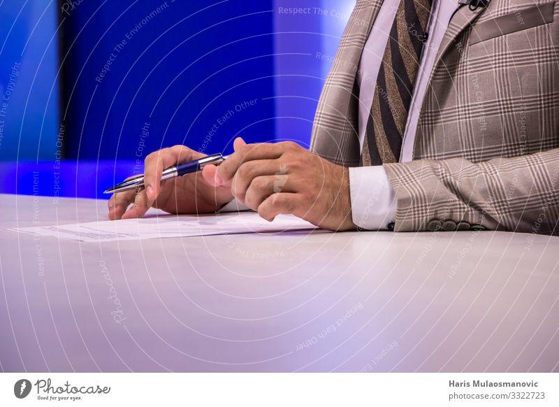 TV-Moderatorin Reporterin im Studio, Hände mit Stift und Papier Jurnalistin Fernseher Mensch Hand 1 18-30 Jahre Jugendliche Erwachsene Medien Fernsehen Anzug