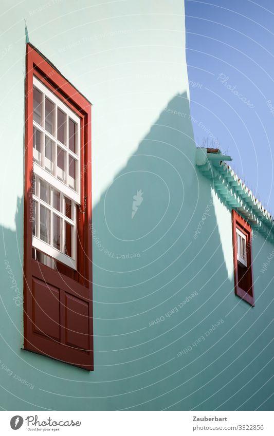 Sprossenfenster, Türkis und Schatten Santa Cruz La Palma Kanaren Haus Bauwerk Fassade Fenster Stein Holz Blick Freundlichkeit rot türkis weiß Zufriedenheit
