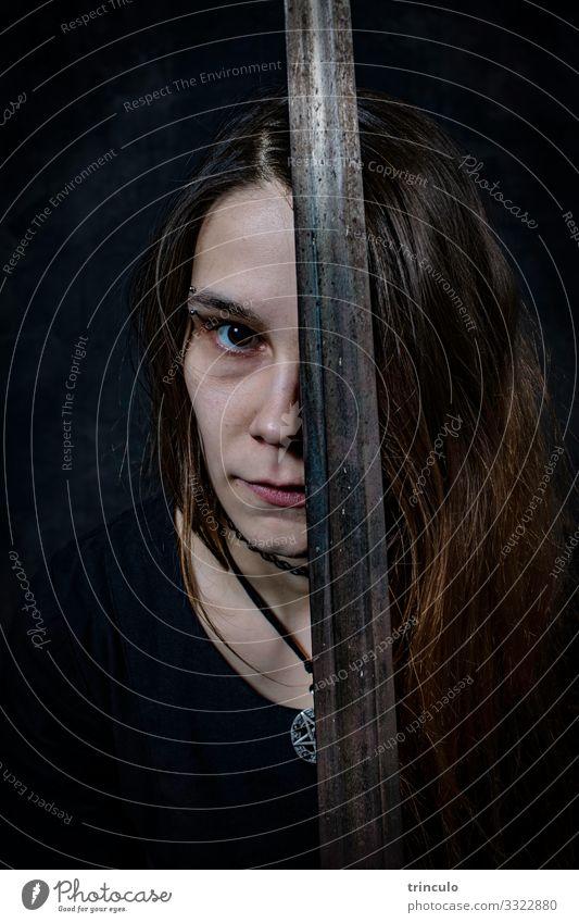 Frau mit Schwert Mensch feminin Junge Frau Jugendliche Erwachsene Kopf 1 18-30 Jahre brünett Stahl dunkel Gefühle gefährlich Model Held Körperhaltung