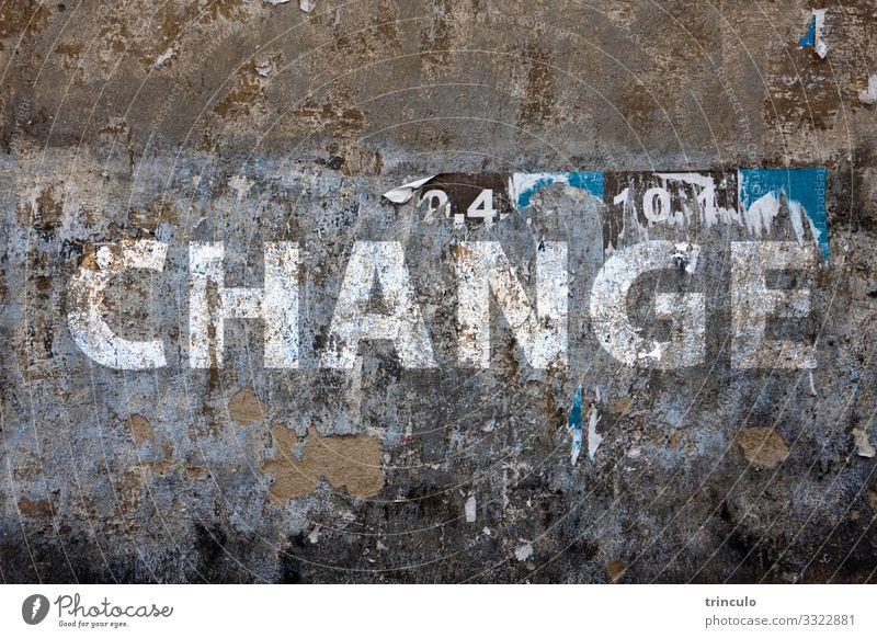 alte Fassade Klimawandel Mauer Wand Stein Zeichen Schriftzeichen Graffiti dreckig kaputt trist braun weiß Problemlösung Umweltverschmutzung Wandel & Veränderung