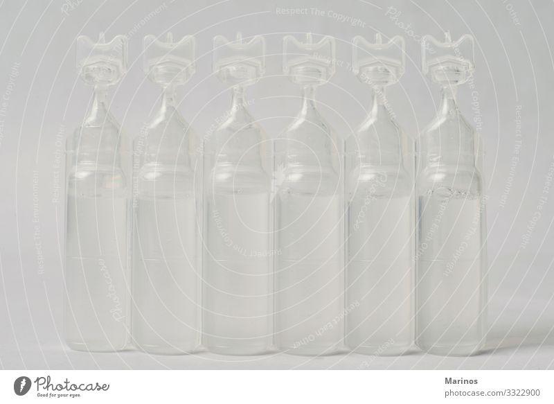Plastikflasche mit Serum-Salzlösung. Gesundheitswesen Behandlung Krankheit Medikament Wellness Kind Krankenhaus Baby Verpackung Sauberkeit weiß Kochsalzlösung