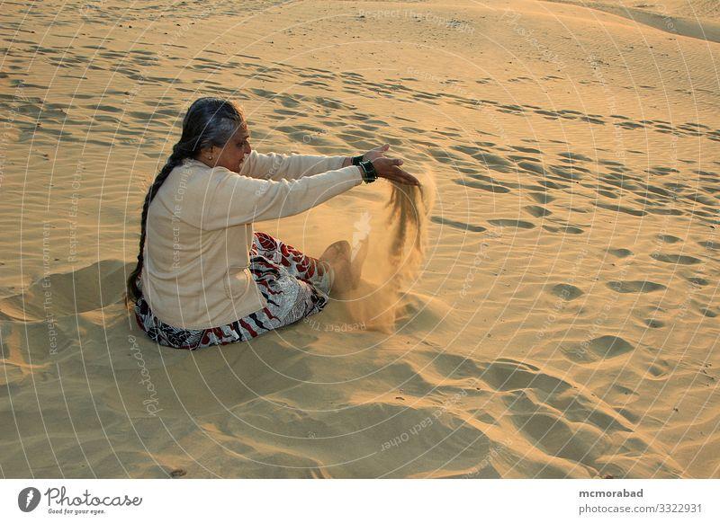 Verspielte Dame in den Sanddünen Freude Spielen Ferien & Urlaub & Reisen Frau Erwachsene Platz Tropfen genießen gelb gold Farbe horizontal Asien Indien