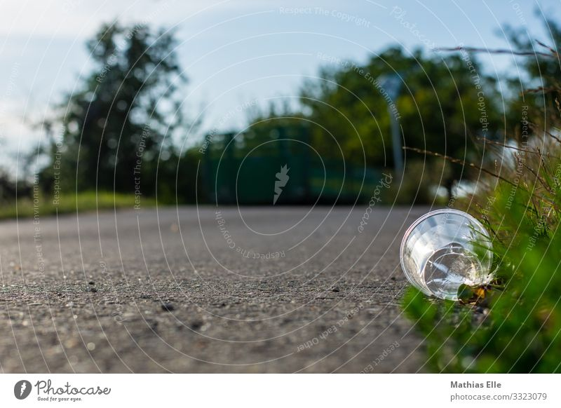 Plastikbecher und Müll am Straßenrand Tasse Becher Glas Umwelt Natur Landschaft Gras Sträucher Beton Kunststoff blau grau grün silber Umweltverschmutzung