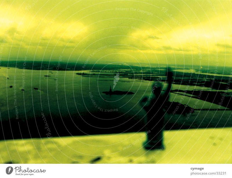 liberty New York State New York City Amerika Mensch Island Hochhaus Meer Wolken Grünstich gelb Terror Mitte Anschlag September Krieg Nordamerika USA Freiheit