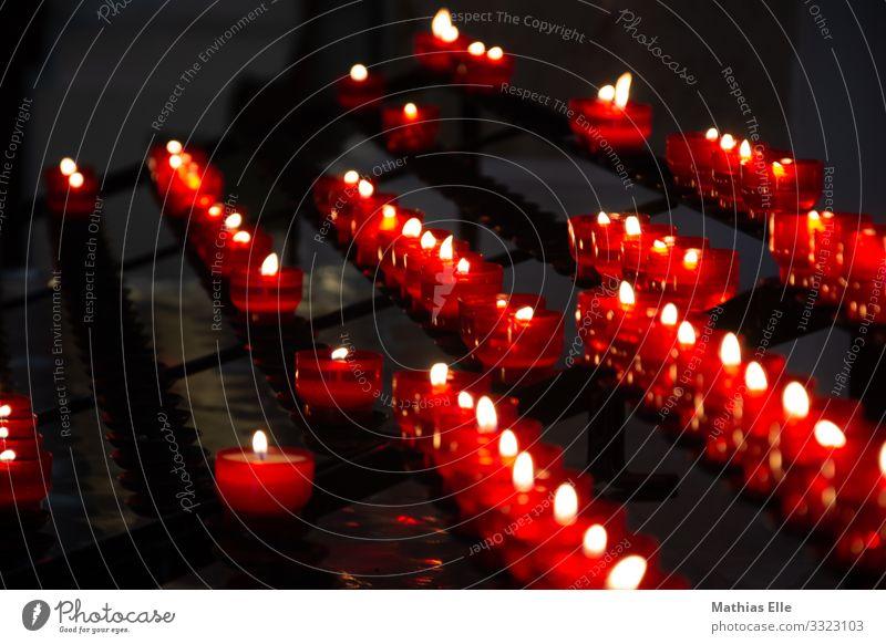 Trauerkerzen in einer Kirche Trauerfeier Beerdigung Feuer Glas Traurigkeit heiß hell Wärme rot schwarz Gefühle Güte trösten Hoffnung Glaube demütig Sorge Tod