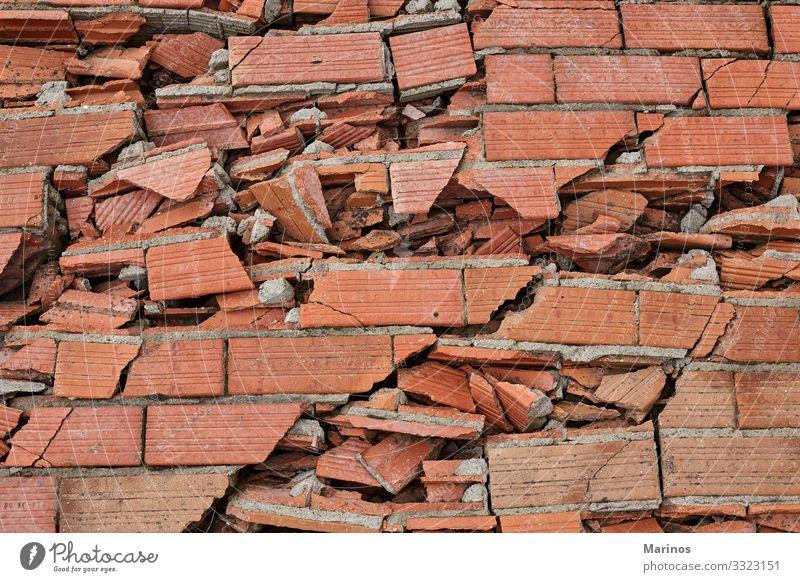 Zerbrochene Ziegelmauer als Hintergrund. Gebäude Architektur Stein Beton Backstein alt dreckig rot weiß Zerstörung Wand Baustein gebrochen Golfloch Konsistenz