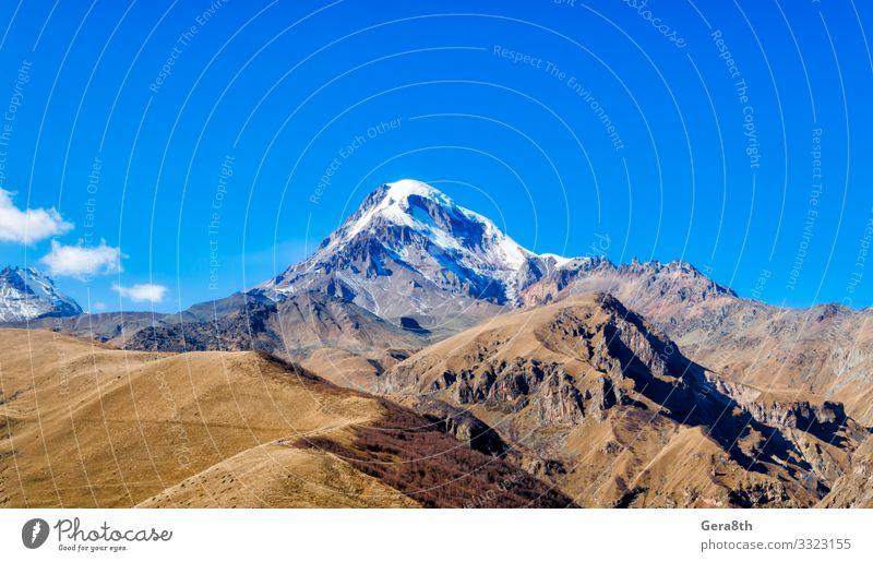 hohe felsige Berge des Kaukasus in Georgien Ferien & Urlaub & Reisen Tourismus Schnee Berge u. Gebirge Natur Landschaft Pflanze Himmel Wolken Herbst Klima Gras