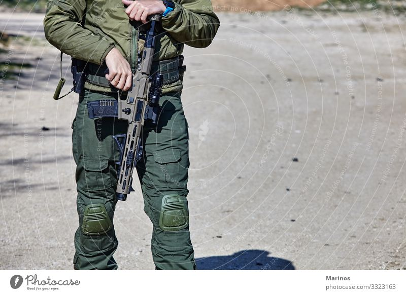 Bewaffneter Soldat, bereit für die Schlacht. Militärisches Konzept. Technik & Technologie Mann Erwachsene Krieg Armee Training virtuell Waffe Hintergrund